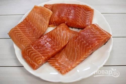 1. Первым делом включите духовку до 180 градусов, пусть греется. Филе рыбки вымойте, обсушите немного.
