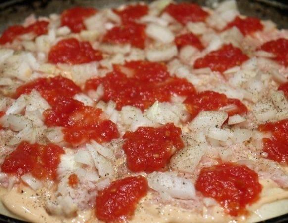 6. Для любителей острого можно сверху выложить немного соуса. Если вы хотите сделать более нежную пиццу, тогда это может быть обыкновенный томат или измельченные помидоры, например. Данный вариант, как сделать пиццу из куриного фарша - лишь основа, которую можно дополнить и другими любимыми ингредиентами.