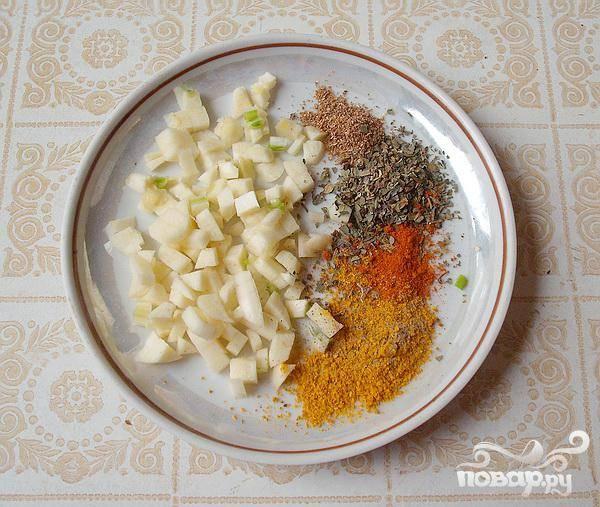 3.После того как картофель сварится (примерно минут через семь после того как его запускали), вынимаем луковицу из кастрюли, и добавляем зеленого горошка, нарезанной рыбы, измельченного чеснока, специй и соли.