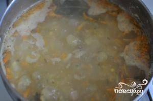 Обжаренные лук и морковь добавляем в суп.