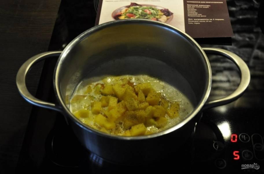 3.В кастрюлю наливаю сливки, отправляю на огонь, сразу после закипания добавляю манговое пюре и кубики манго, все время помешиваю и готовлю 1-2 минуты, по вкусу солю и перчу.