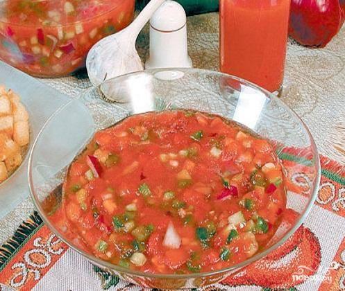 4.Овощи сложить в отдельную посуду и перемешать.  Залить их томатным соком.  Чтобы суп настоялся, дать ему немного постоять и разливать в тарелки. Подавать огуречно-томатный суп с гренками.