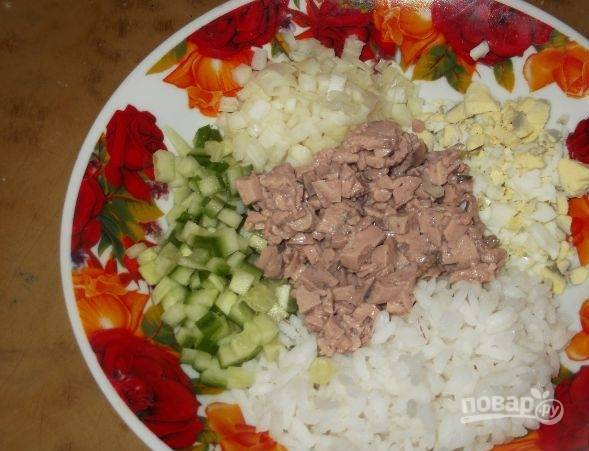 6. Смешивайте все в глубокой емкости, а уже после выкладывайте в салатницу или на тарелку.
