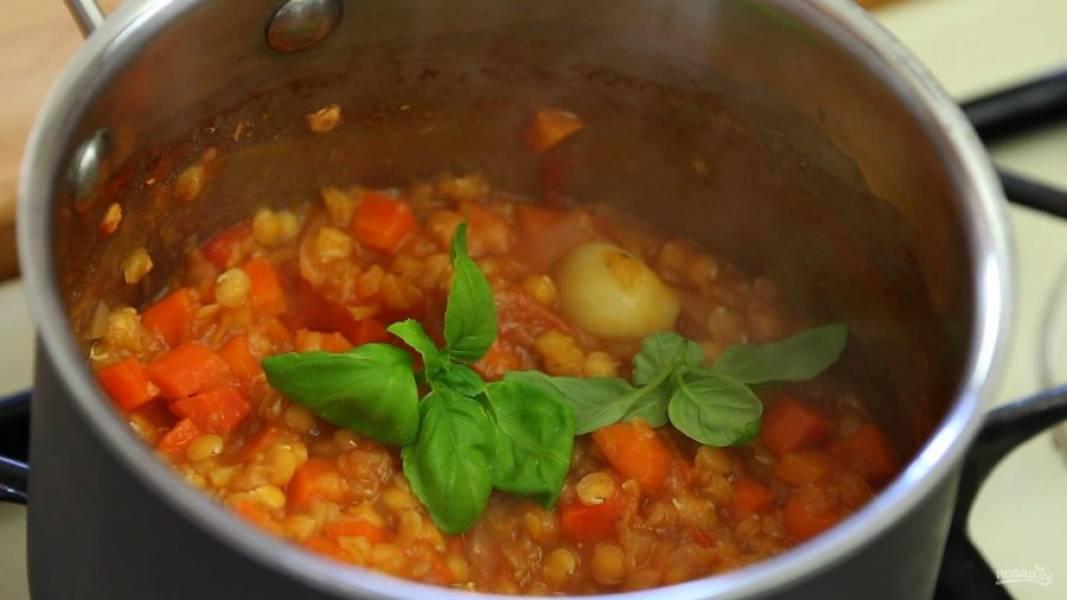 5. На этом этапе посолите блюдо, если готовите не деткам. Добавьте базилик.
