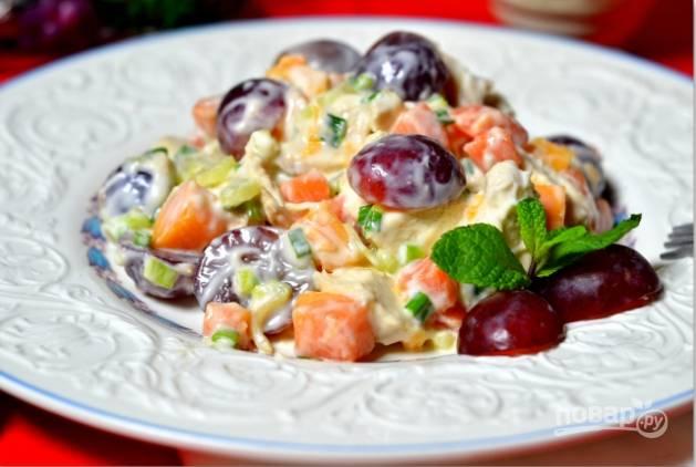 10.Салат можно отправить в холодильник на 30 минут, но если время поджимает, то можно сразу поставить его на стол.