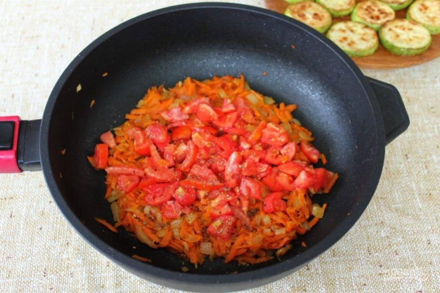 Далее, добавляем нарезанный помидор, соль и перец. Готовим еще минут 10 на малом огне.