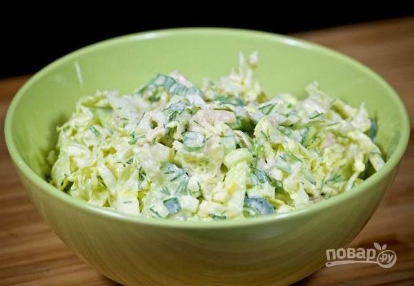Салат с отварной курицей, яйцом и овощами