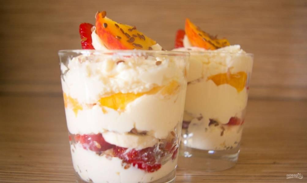 А в конце украсьте десерт кусочками персика, клубники и банана. Можно добавить немного льна. Вкуснейшего завтрака вам!