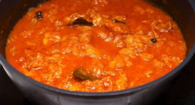 4. В конце притрусите соус немного мукой, чтобы он загустел и дайте рыбе после приготовления постоять около 10-15 минут. Подавать лучше тушеную рыбу в сковороде в домашних условиях с гарниром. Идеально подойдет рис.