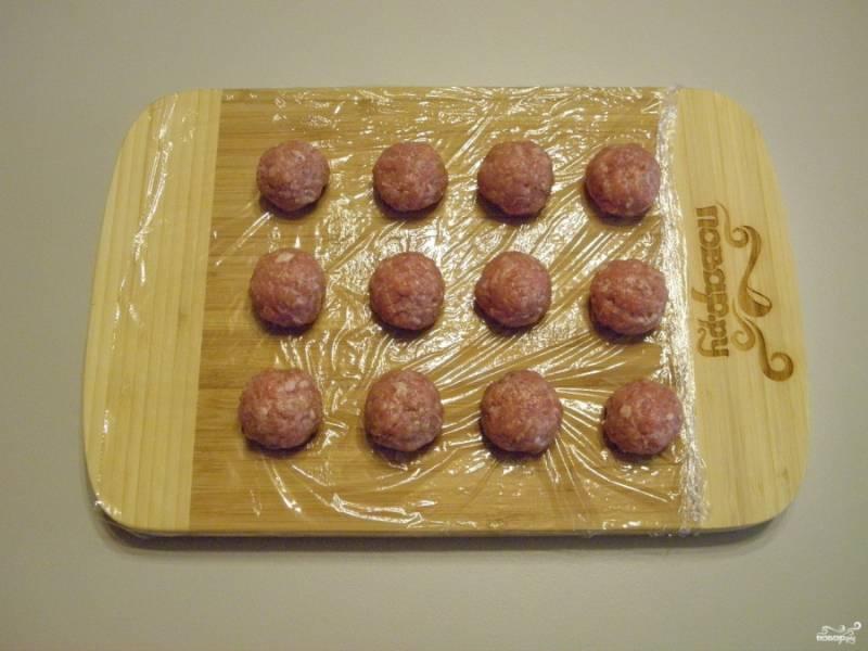 Пока варятся овощи, мокрыми руками скатайте фарш в шарики величиной с грецкий орех. Это будут наши фрикадельки.