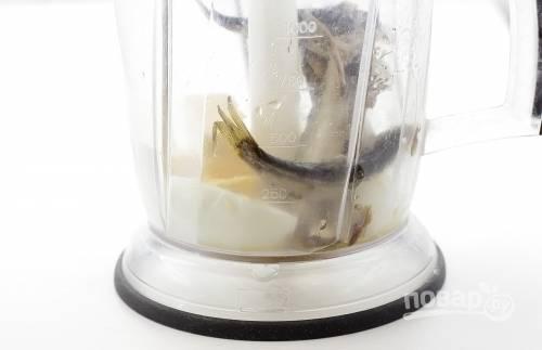 Заранее отварите яйцо вкрутую, потом остудите его и почистите. Поместите его в блендер вместе со шпротами и плавленым сырком. Переработайте смесь до состояния пасты. Посолите и поперчите её.