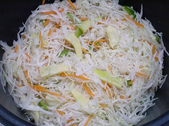 Теперь побавьте к мясу измельченные овощи, все посолите. Можно влить немного воды, если вам кажется, что капуста не очень сочная. Тушите блюдо 45 минут до полной готовности под крышкой.