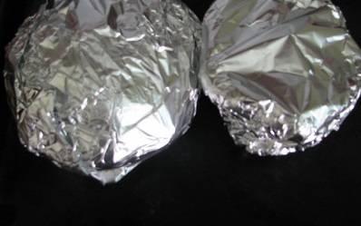 Духовку разогрейте до 160 градусов, патиссоны заверните в фольгу и запекайте 40 минут. За 5 минут до готовности - присыпьте блюдо тертым сыром.
