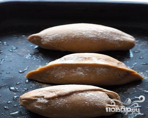 4.Приготовим противень, смазывая его жиром. На противень выкладываем приготовленные кокурки и отправляем в предварительно разогретую духовку. Кокурки выпекаем до готовности.