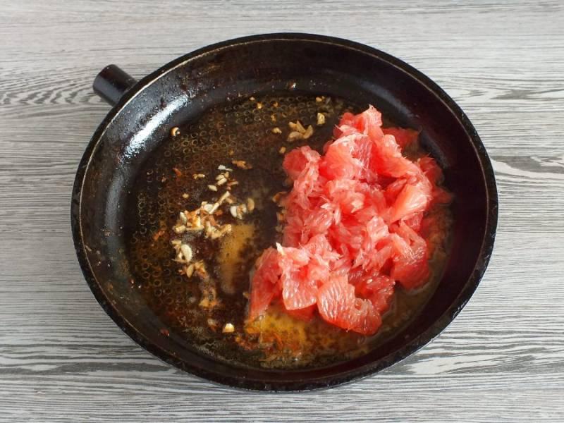 К чесноку добавьте мёд, размешайте. Далее нарезанный грейпфрут, размешайте.