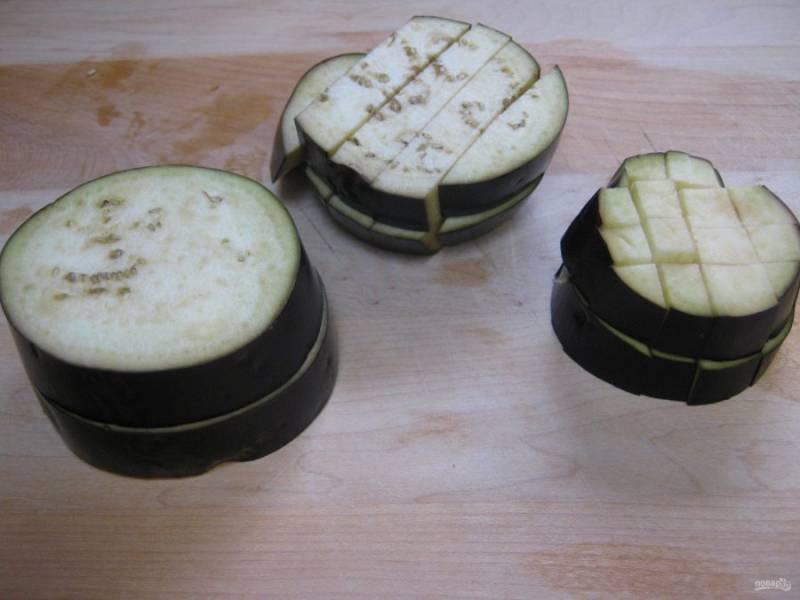 1.Вымойте баклажаны и нарежьте их кольцами (1 см толщиной), затем каждое колечко нарежьте небольшими кубиками. Переложите баклажаны в миску и посыпьте солью.