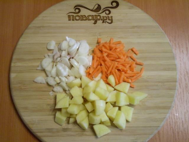 3. Мелко режем овощи.