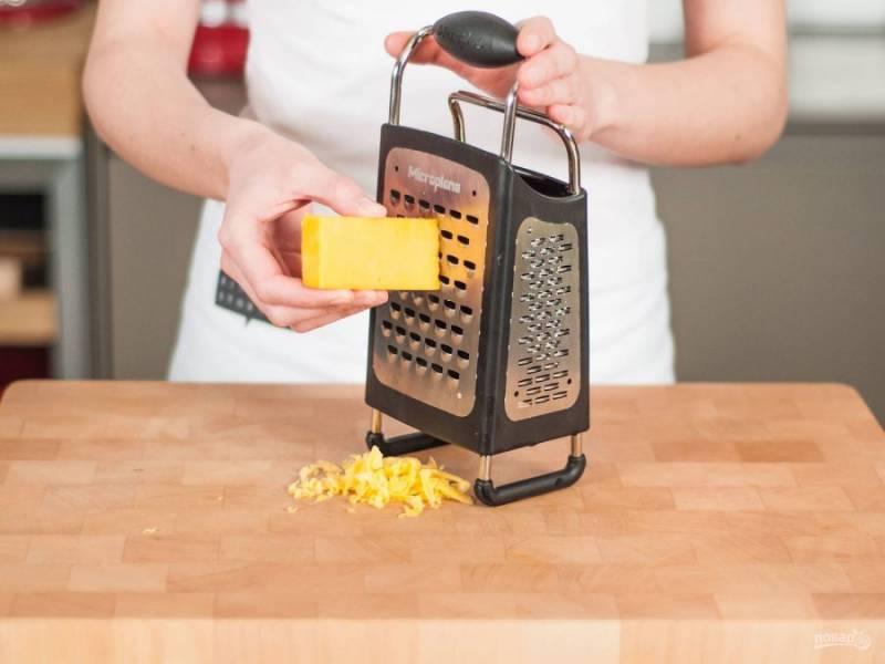 Натрите на крупной терке сыр.