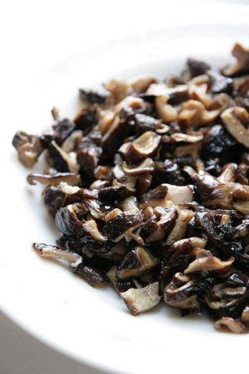 На быстром огне в сковородке пожарить нарезанные на средние кусочки грибы. Добавить зелень и смешать с картошкой.