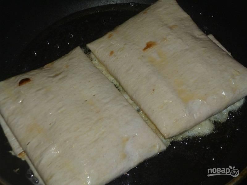 6.Сковороду разогрейте с растительным маслом, выложите пирожки и обжаривайте с каждой стороны до румяной корочки.