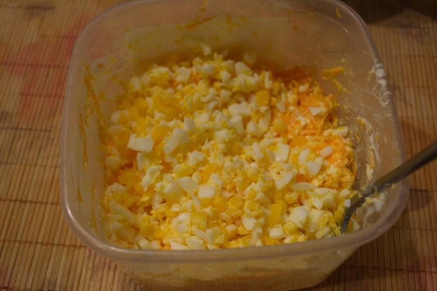 Яйцо отварить до готовности. Очистить и натереть на терке.