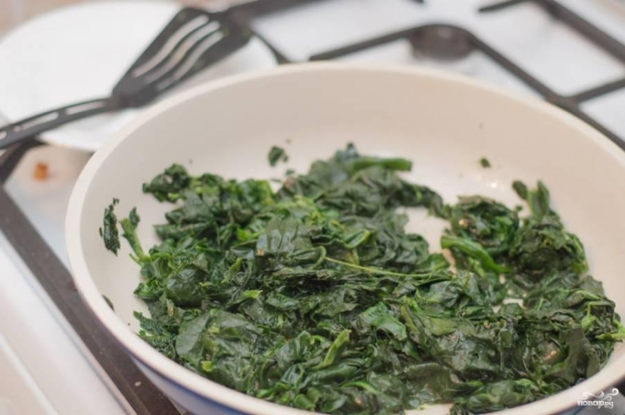 Сначала подготовьте тесто, ведь его еще нужно подержать в холодильнике пол часа. Смешайте муку, сахар, соль и добавьте растопленное масло сливочное. Потом еще влейте воду и замесите крутое тесто. Заверните в пищевую пленку и в холодильник отправьте. Теперь начинка: если шпинат замороженный, просто порежьте его кубиками и выложите на разогретую сковороду с растительным маслом. Обжаривайте минут 8-10, влага должна испариться. Подсолите и поперчите шпинат.