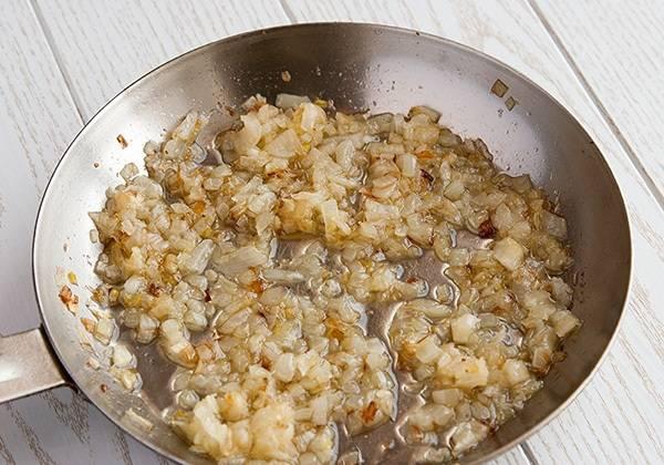 1. Пока будем измельчать наши составляющие для начинки, обжариваем лук на растительном масле.