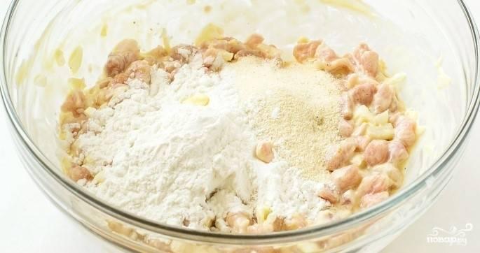 4.Для связки ингредиентов введите кукурузный крахмал или манку (в зависимости от того, какие котлеты вы хотите получить). Тщательно все перемешайте и поставьте в холодильник на пару часов для того, чтобы фарш выстоялся.