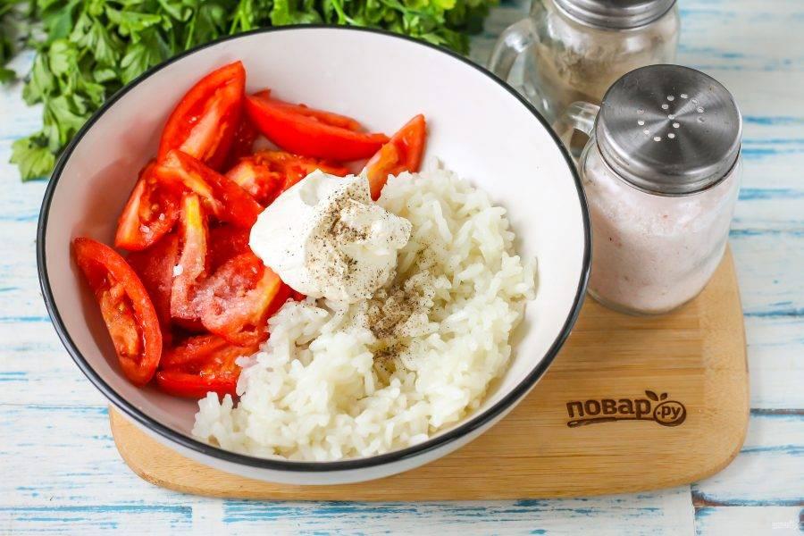 Выложите сметану любой жирности, посолите и поперчите блюдо. Аккуратно перемешайте между собой все ингредиенты в емкости.