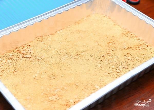 1. Галетное печенье (или любое другое не слишком сладкое) измельчите в крошку. Смочите немного руки водой и выложите крошку в форму, плотно прижимая. Никакого масла, естественно, в рецепт приготовления диетического торта мы не используем.