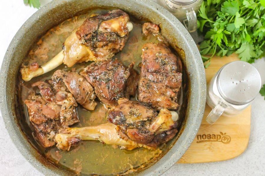 Запеките примерно 40-60 минут до мягкости мяса. В середине запекания проверьте блюдо, если жидкость выкипит, то влейте еще немного горячей воды.
