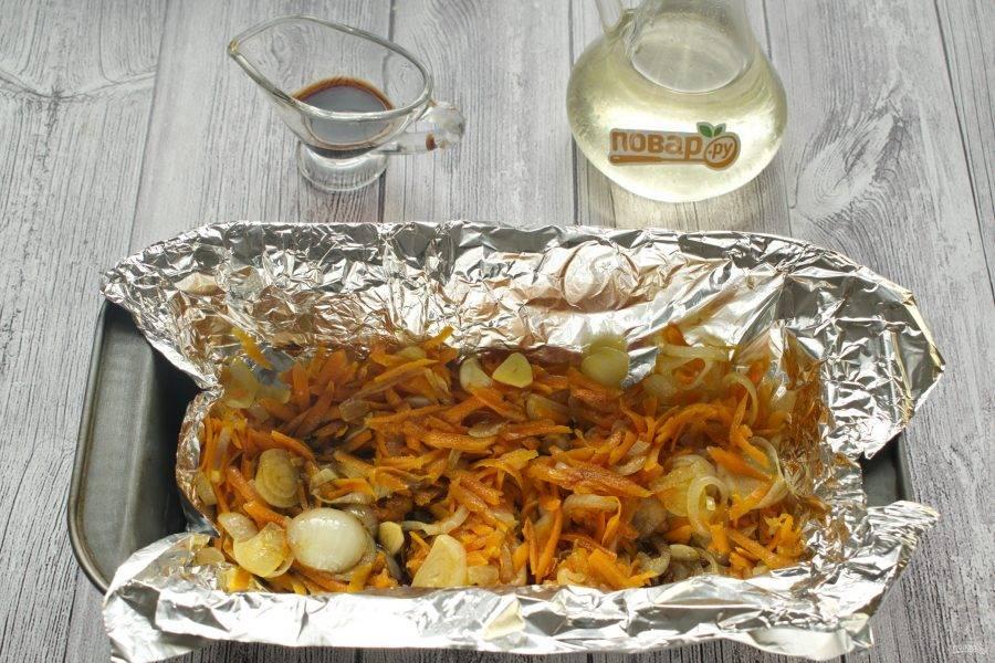 Овощную подушку выложите в форму для запекания, полейте 1 ст. л. соевого соуса.