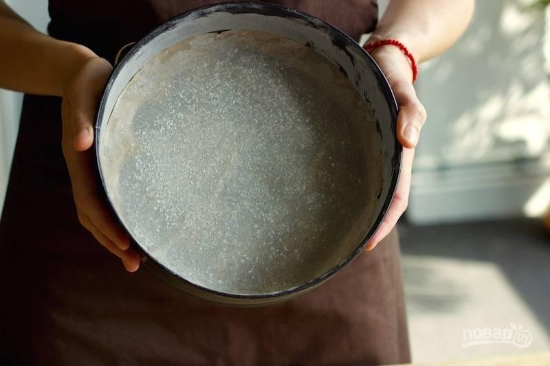 2. Жаропрочную форму застелите пергаментом, смажьте маслом и присыпьте мукой.