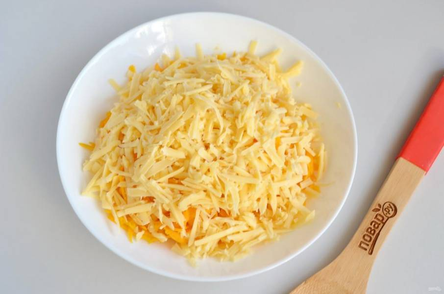 3. Сыр натрите на крупной терке.