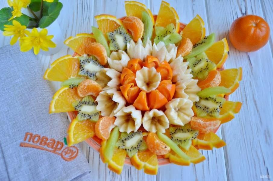 Выкладывайте на кусочки апельсина получившиеся звездочки из киви.
