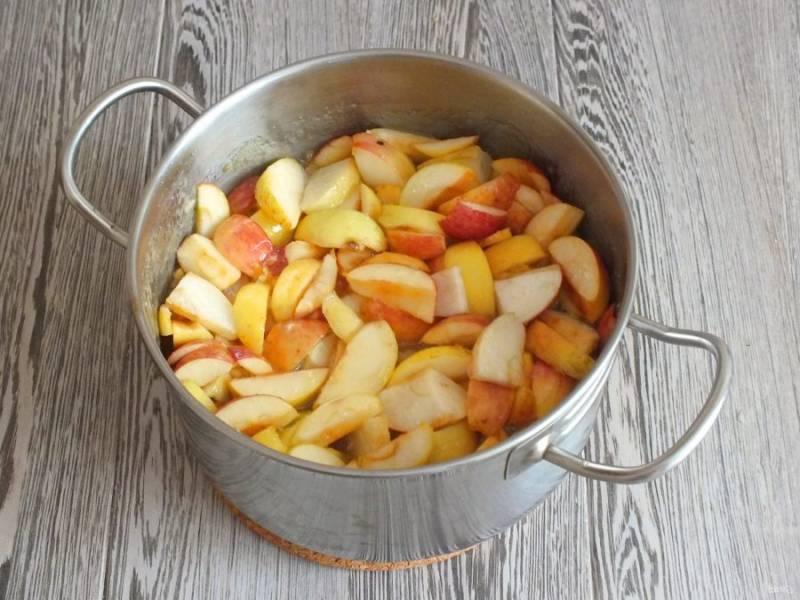 Из сиропа достаньте цедру апельсина и лимона. Дольки яблок переложите в охлажденный сироп. Поставьте на огонь чуть ниже среднего. Нагревайте, помешивая. С момента закипания варите 40 минут.