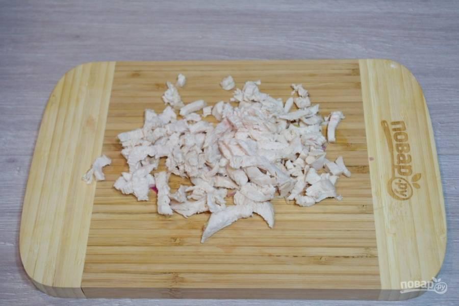 Отварное мясо птицы ( курицы, петуха, индейки) нарежьте мелко. В миске соедините редьку, мясо.