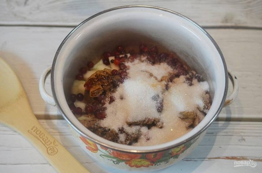 4. Добавьте сахар, ванильный сахар, корицу. Оставьте, пока груши и клюква не пустят сок.