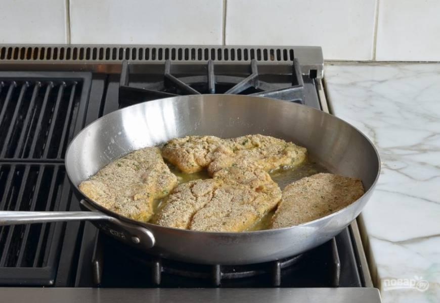 5. Далее в разогретом оливковом масле обжарьте грудку по 3 минуты с каждой стороны.