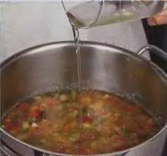 3а пару мин. до окончания готовки супа залить тонкой струйкой оливковое масло. Помешать. Закрыть крышкой и убрать с огня.