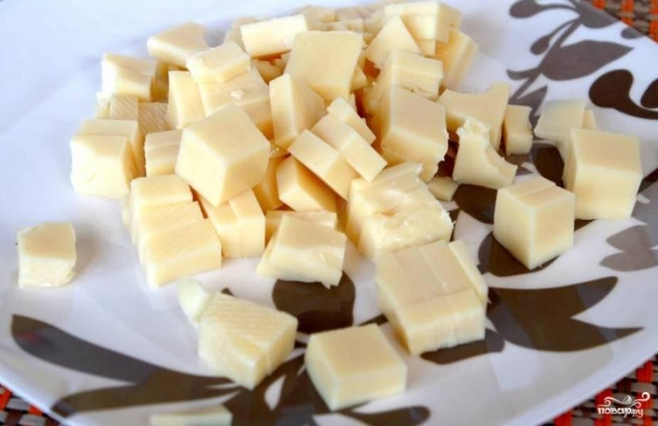 3.Твердый сыр нарезаем маленькими кубиками.