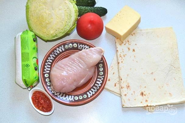 Подготовьте ингредиенты. Я буду использовать в начинку тертый сыр, свежие овощи и соус на основе майонеза и домашней аджики.