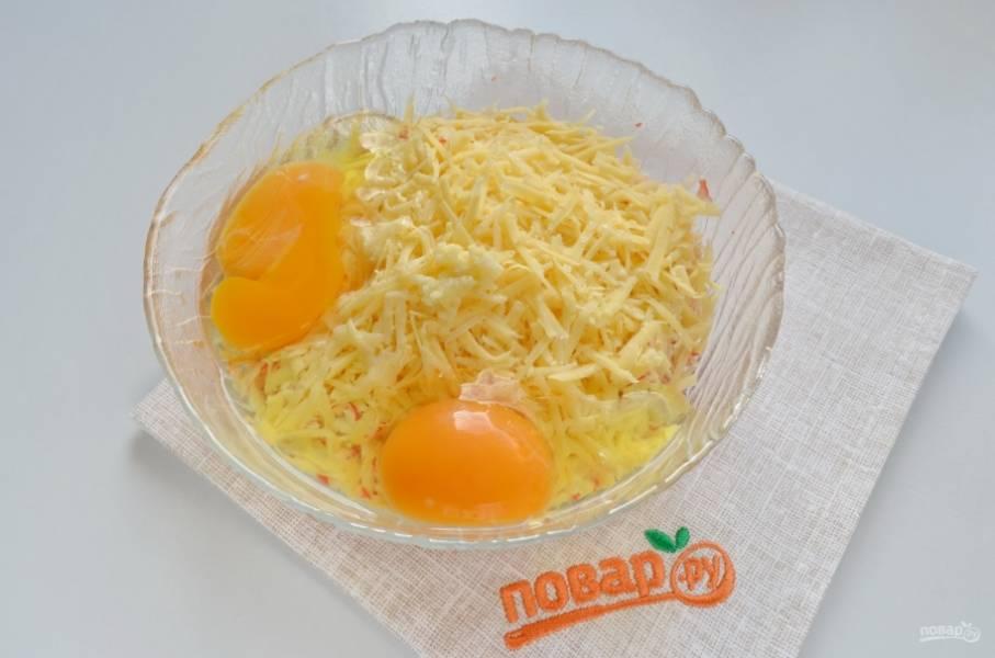 Добавьте к палочкам тертый сыр, измельченный чеснок, сырые яйца. Перемешайте. Фарш для котлет готов.