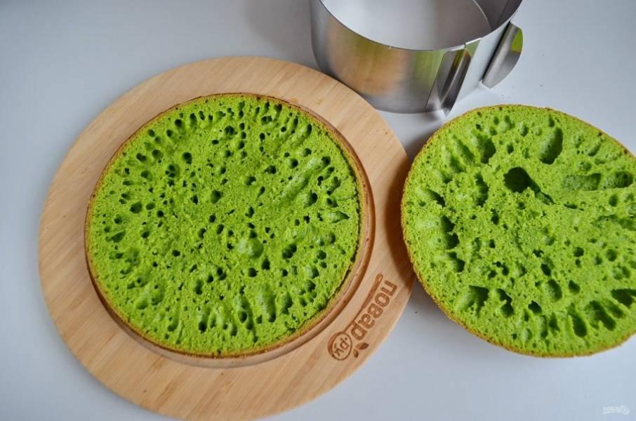 Остывший бисквит поставьте на блюдо или широкую ровную тарелочку. Срежьте треть (верхушку), она понадобится для оформления тортика. Срежьте коричневые бока.