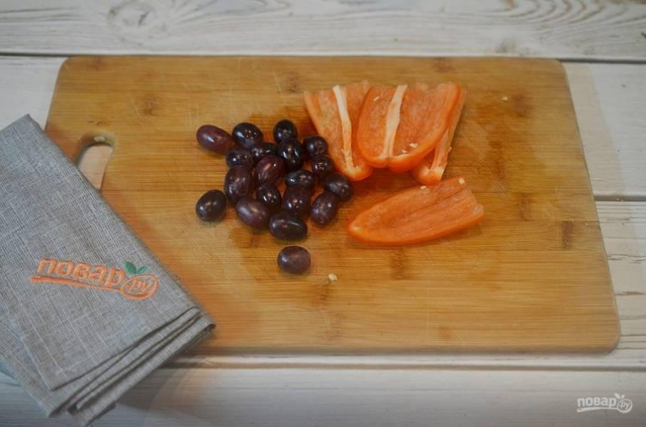 3. Виноград помойте, отделите от веточек, перец нарежьте полосками.