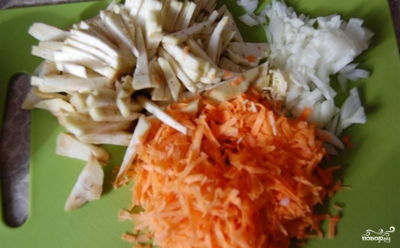 Теперь нарезаем лук на мелкие кусочки, баклажан брусочками, а морковь трем на крупной терке.