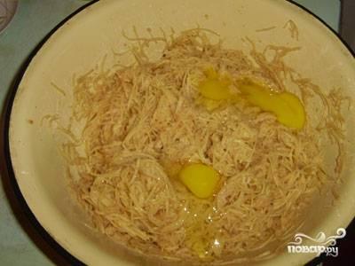 Через несколько минут слить образовавшийся сок, добавить соль, перец, муку, вбить яйца и тщательно перемешать.