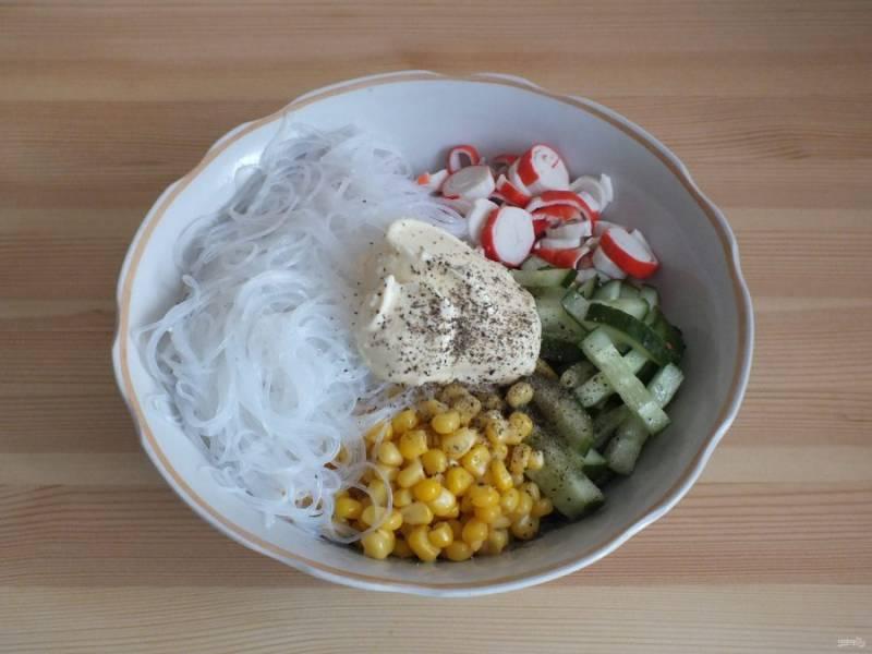 Заправьте салат майонезом, солью и перцем. Перемешайте и сразу подавайте.