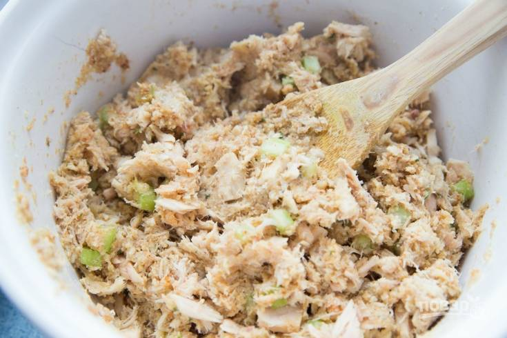 1. Отдельно перемешайте яйца с соком. В большой тарелке смешайте тунца, сухари, приправу, горчицу, соль, перец. Также добавьте мелко нашинкованный укроп, лук и сельдерей. Мелко натрите сыр. Потом влейте яйцо с соком. Перемешайте фарш.