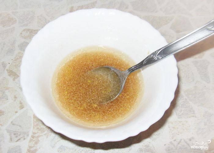 Готовим подливку. В небольшой посуде смешаем: уксус, оливковое масло, горчицу, добавим сок апельсина и ложечку меда. Мешайте вилочкой.
